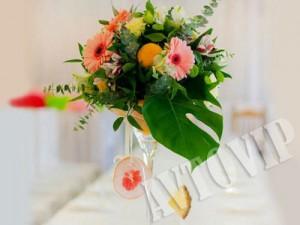 Украшение цветами стола молодых и гостей на свадьбу флористика