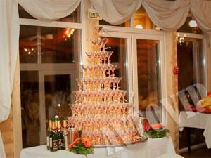 Пирамида из бокалов с шампанским на свадьбу