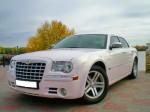 Аренда Chrysler 300C бело-розовый перламутр авто бизнес класса Киев цена