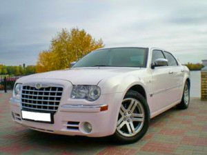 Chrysler 300С бело-розовый перламутр