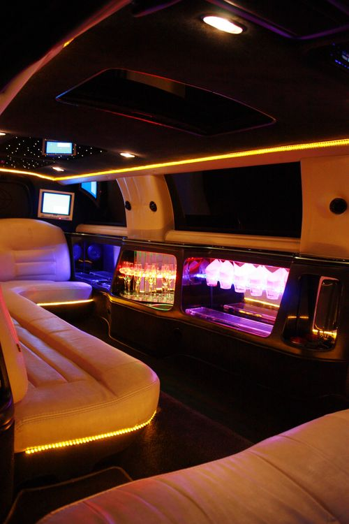 Lincoln Town Car 120 белый с черной крышей