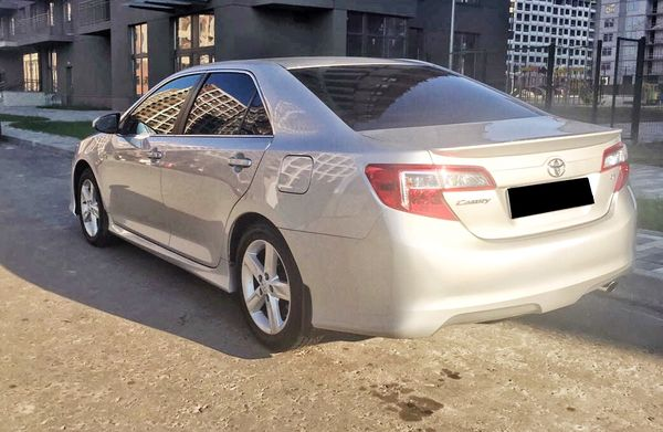 Аренда Toyota Camry V50 серебристая на свадьбу