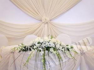 Украшение цветами стола молодых на свадьбу флористика