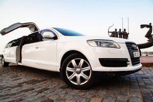 Арендовать лимузин на прокат на свадьбу Audi Q7 белый на девичники