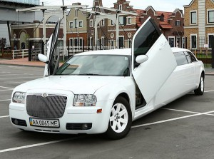 Chrysler 300C белый лимузин арендовать на прокат аренда в киеве заказать крайслер лимузин белый на свадьбу цена 01