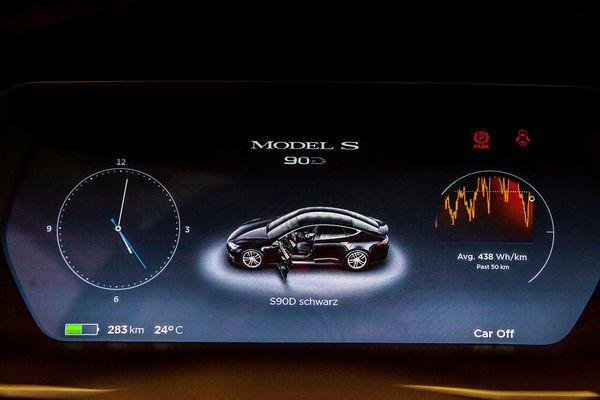 TESLA Model S90D прокат аренда