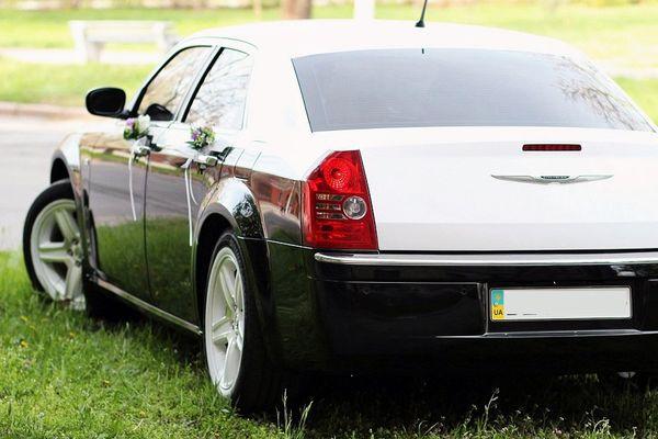 Chrysler 300C черно-белый на прокат