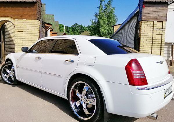Chrysler 300C белый заказать с водителем на свадьбу