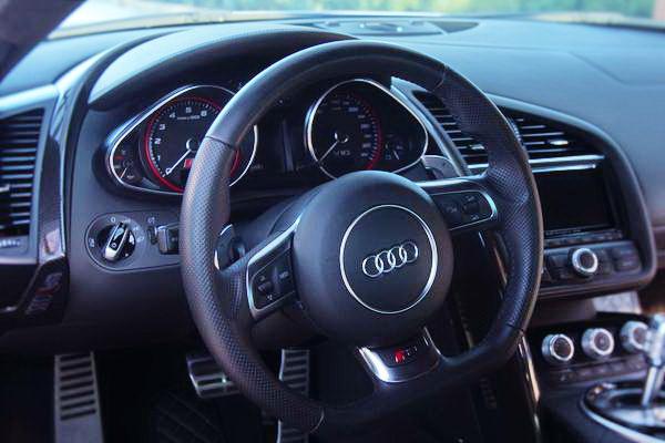Audi R8 2013 год аренда спорткаров с водителем