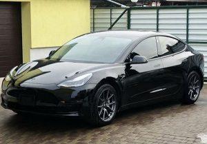 TESLA Model 3 черная в аренду на прокат с водителем